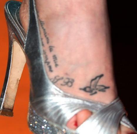 Sabina began ha un nuovo tatuaggio sul piede for Tatuaggi sul piede scritte