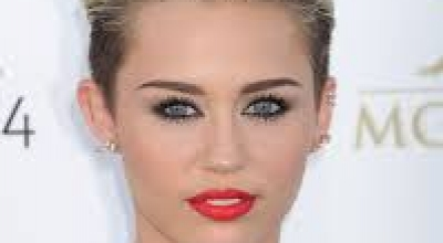 miley cyrus shock: spinello in bocca e pose provocanti per i fans